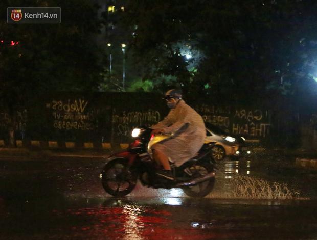 Đang oi nóng 40 độ, trời Hà Nội bất ngờ chuyển mưa giông kèm sấm chớp trong đêm - Ảnh 3.