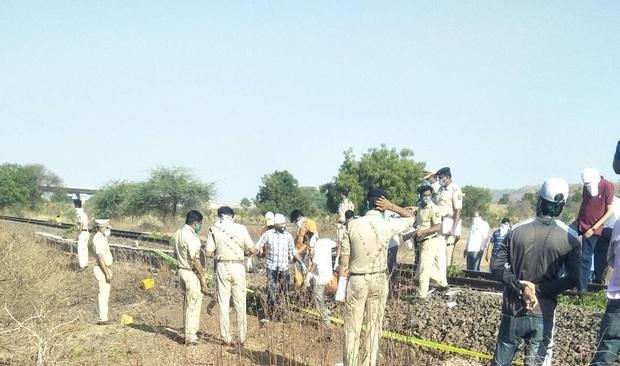 Ngủ trên đường ray vì kiệt sức sau quãng đường dài đi bộ hồi hương, 16 người lao động ở Ấn Độ bị tàu hoả cán tử vong - Ảnh 1.