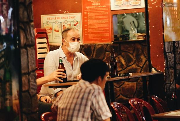 Nhiều quán beer club ở phố Tây Bùi Viện chính thức hoạt động trở lại sau khi dỡ bỏ giãn cách xã hội - Ảnh 15.