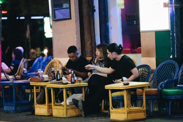 Nhiều quán beer club ở phố Tây Bùi Viện chính thức hoạt động trở lại sau khi dỡ bỏ giãn cách xã hội - Ảnh 14.