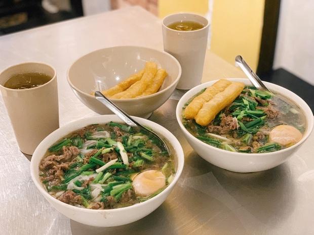 Phở Hà Nội nổi tiếng thì ai cũng biết, nhưng chỉ có 6 quán từng được lên báo nước ngoài, khách Tây đến thử đông nghịt - Ảnh 2.