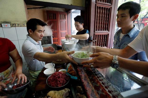 Phở Hà Nội nổi tiếng thì ai cũng biết, nhưng chỉ có 6 quán từng được lên báo nước ngoài, khách Tây đến thử đông nghịt - Ảnh 3.