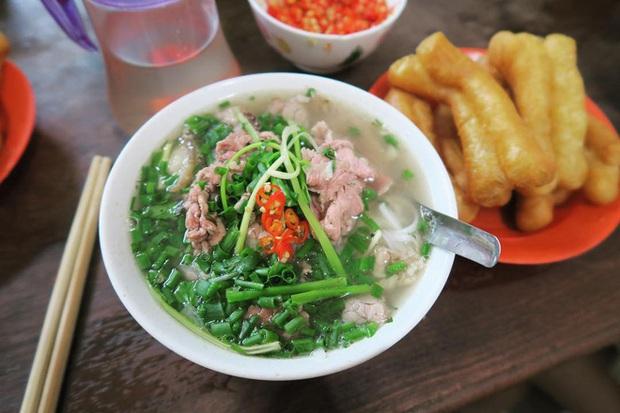 Phở Hà Nội nổi tiếng thì ai cũng biết, nhưng chỉ có 6 quán từng được lên báo nước ngoài, khách Tây đến thử đông nghịt - Ảnh 4.
