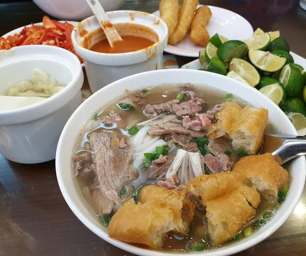 Phở Hà Nội nổi tiếng thì ai cũng biết, nhưng chỉ có 6 quán từng được lên báo nước ngoài, khách Tây đến thử đông nghịt - Ảnh 7.