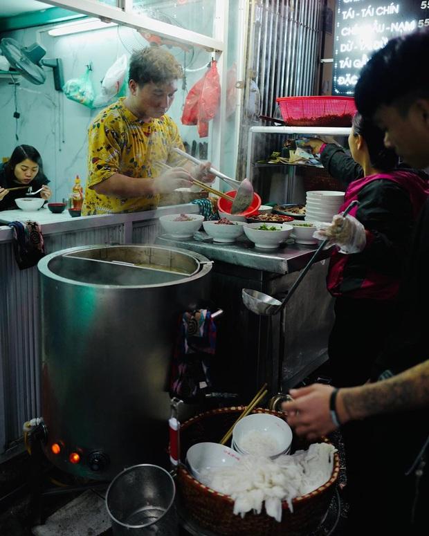 Phở Hà Nội nổi tiếng thì ai cũng biết, nhưng chỉ có 6 quán từng được lên báo nước ngoài, khách Tây đến thử đông nghịt - Ảnh 8.
