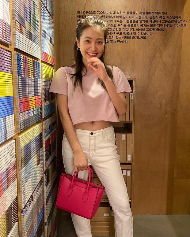 Ăn diện thời trang như Red Velvet tưởng khó       mà dễ bất ngờ, chị em chỉ cần sắm 5 items ai mặc cũng đẹp này thôi - Ảnh 1.
