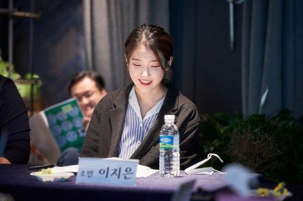 Anh chủ Park Seo Joon bỏ quán đi làm huấn luyện viên bóng đá, diện vest bảnh bao để ra mắt chị nguyệt IU - Ảnh 2.
