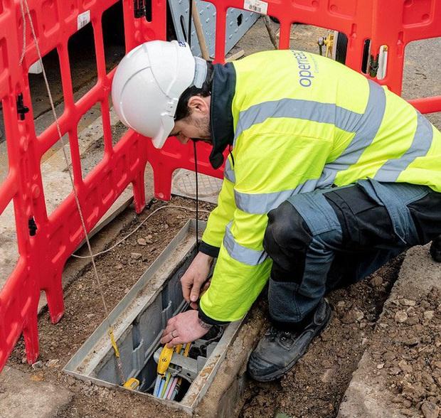Dân Anh nhổ nước bọt vào mặt kỹ sư mạng, phá 77 cột phát sóng vì tin rằng 5G gây ra COVID-19 - Ảnh 1.