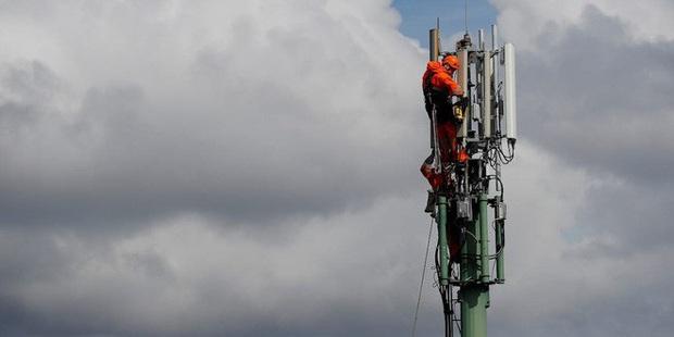 Dân Anh nhổ nước bọt vào mặt kỹ sư mạng, phá 77 cột phát sóng vì tin rằng 5G gây ra COVID-19 - Ảnh 2.