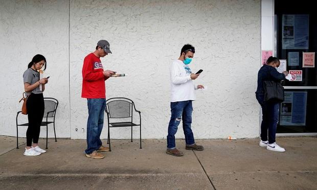 Số người mất việc ở Mỹ trong tháng 4 lên tới 20,5 triệu - Ảnh 1.