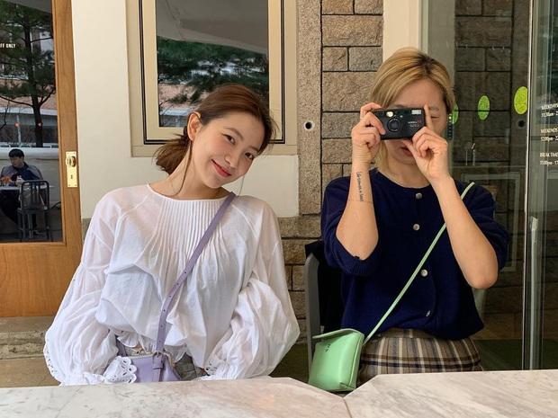 Ăn diện thời trang như                             Red Velvet tưởng khó mà dễ bất ngờ, chị em chỉ cần sắm 5 items ai mặc cũng đẹp này thôi -                             Ảnh 12.