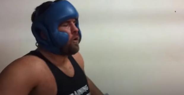 Choáng trước sức mạnh của người khỏe nhất hành tinh khi tập boxing: Cú đấm ngàn cân, đối thủ đeo đồ bảo hộ rồi mà vẫn tơi tả - Ảnh 3.