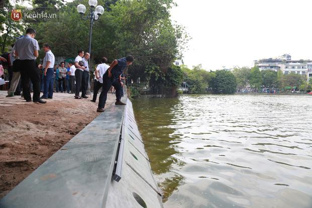 Người dân Hà Nội thích thú với diện mạo mới của 40 mét bờ kè hồ Gươm  vừa được giải cứu vì sạt lở - Ảnh 1.