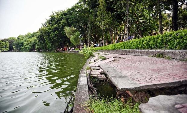 Người dân Hà Nội thích thú với diện mạo mới của 40 mét bờ kè hồ Gươm  vừa được giải cứu vì sạt lở - Ảnh 2.