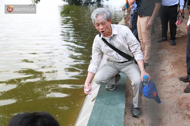 Người dân Hà Nội thích thú với diện mạo mới của 40 mét bờ kè hồ Gươm  vừa được giải cứu vì sạt lở - Ảnh 4.