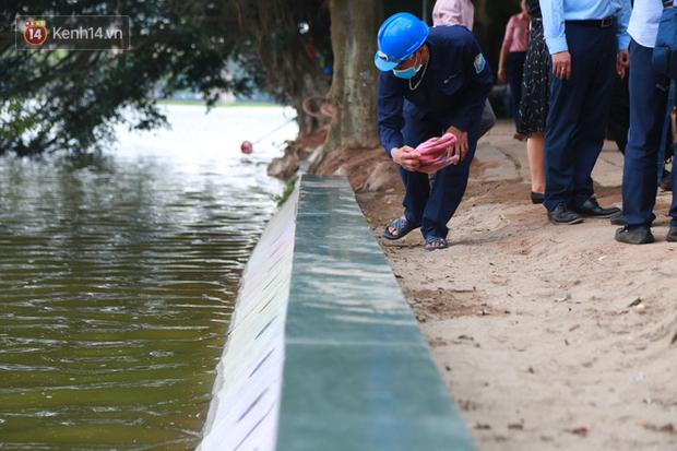 Người dân Hà Nội thích thú với diện mạo mới của 40 mét bờ kè hồ Gươm  vừa được giải cứu vì sạt lở - Ảnh 5.