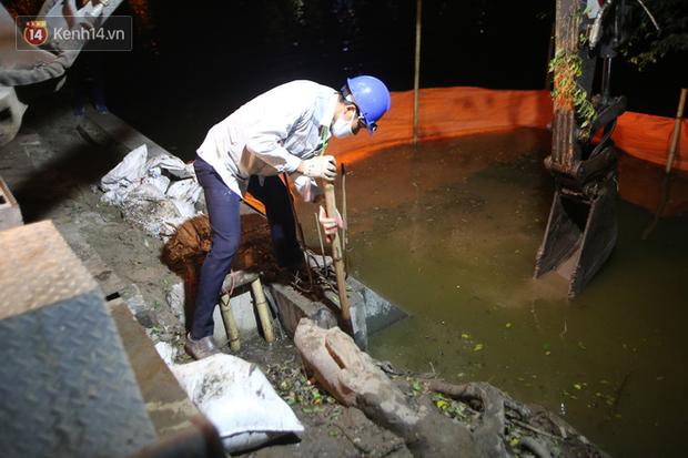 Người dân Hà Nội thích thú với diện mạo mới của 40 mét bờ kè hồ Gươm  vừa được giải cứu vì sạt lở - Ảnh 6.