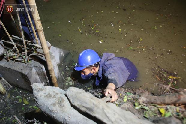 Người dân Hà Nội thích thú với diện mạo mới của 40 mét bờ kè hồ Gươm  vừa được giải cứu vì sạt lở - Ảnh 8.