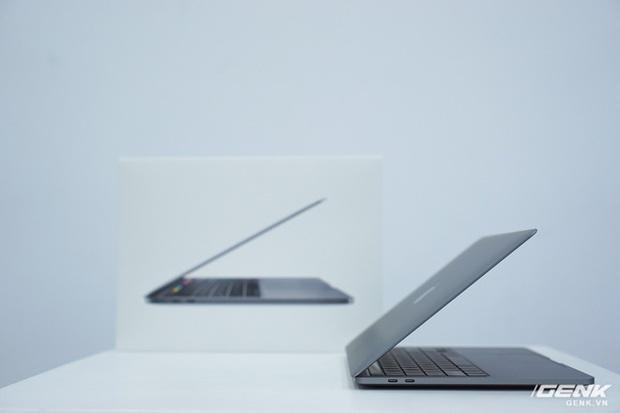 Cận cảnh MacBook Pro 13 2020 tại Việt Nam: Bàn phím Magic Keyboard mới, kích thước tương đương bản 2019, giá vẫn khá chát - Ảnh 1.