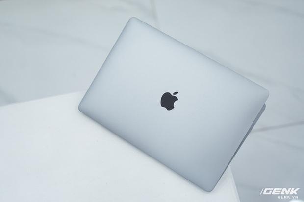 Cận cảnh MacBook Pro 13 2020 tại Việt Nam: Bàn phím Magic Keyboard mới, kích thước tương đương bản 2019, giá vẫn khá chát - Ảnh 2.