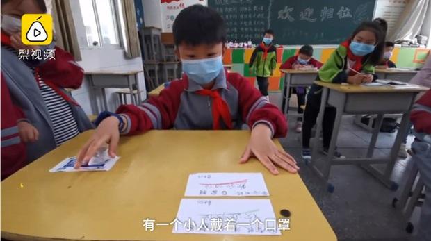 Đi học trở lại sau dịch, cậu bé cấp 1 ngơ ngác không nhớ mình ngồi chỗ nào, thầy giáo lập tức cứu nguy cực đáng yêu - Ảnh 1.