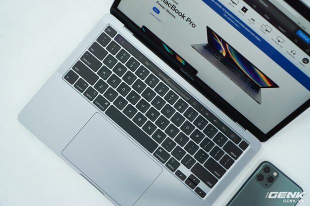 Cận cảnh MacBook Pro 13 2020 tại Việt Nam: Bàn phím Magic Keyboard mới, kích thước tương đương bản 2019, giá vẫn khá chát - Ảnh 11.