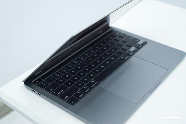 Cận cảnh MacBook Pro 13 2020 tại Việt Nam: Bàn phím Magic Keyboard mới, kích thước tương đương bản 2019, giá vẫn khá chát - Ảnh 16.
