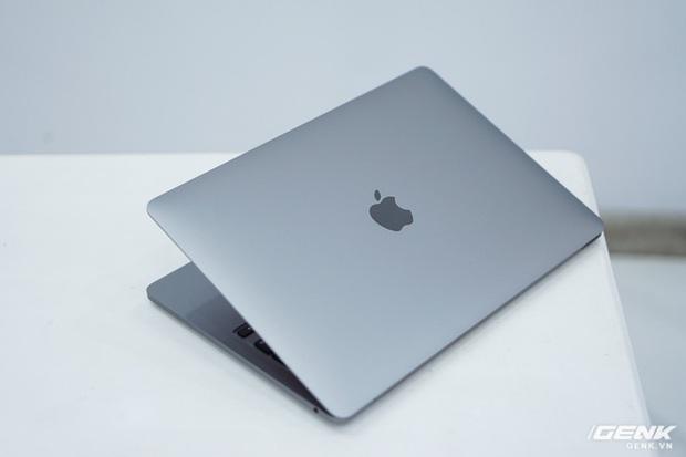 Cận cảnh MacBook Pro 13 2020 tại Việt Nam: Bàn phím Magic Keyboard mới, kích thước tương đương bản 2019, giá vẫn khá chát - Ảnh 3.