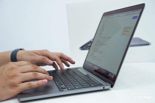 Cận cảnh MacBook Pro 13 2020 tại Việt Nam: Bàn phím Magic Keyboard mới, kích thước tương đương bản 2019, giá vẫn khá chát - Ảnh 5.