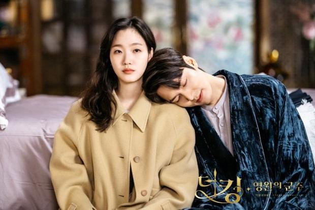 Super soi loạt hint đáng ngờ của Lee Min Ho -       Kim Go Eun: Skinship tung tóe, ngượng chín mặt, nhiều lúc tưởng phu thê - Ảnh 2.