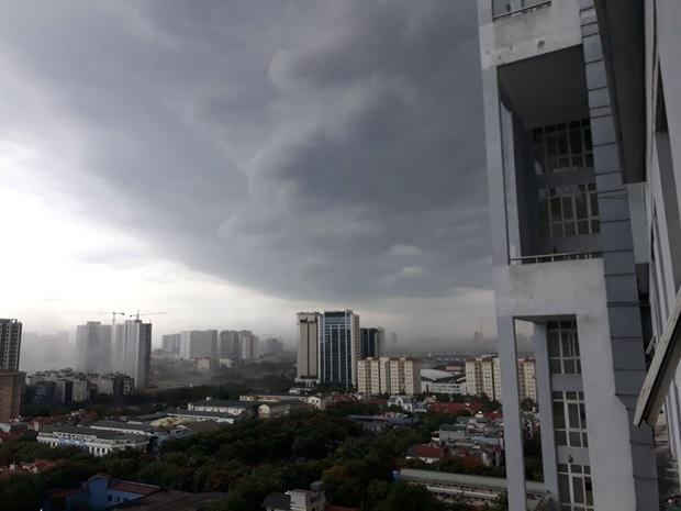 Mây đen giăng kín bầu trời, mưa giông giải nhiệt cho Hà Nội sau đợt nắng nóng kinh hoàng - Ảnh 6.