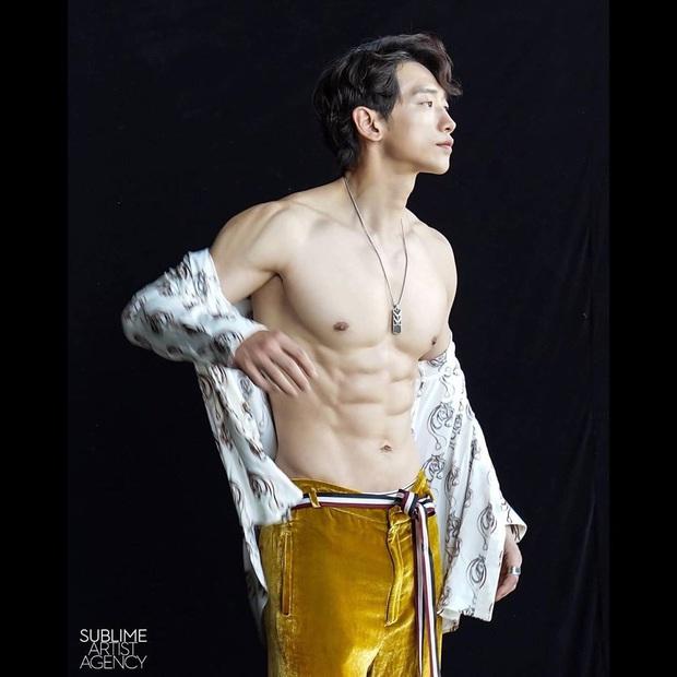 Cái nóng 40 độ cũng không hầm hập như múi bụng của Bi Rain: Ông xã 38 tuổi của chị Kim Tae Hee, bố bỉm sữa 2 con đây ư? - Ảnh 3.