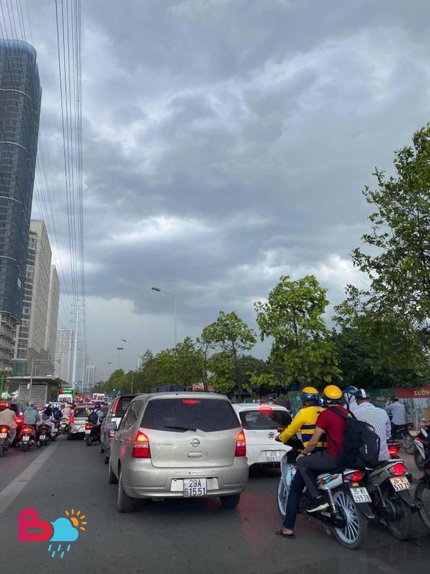 Mây đen giăng kín bầu trời, mưa giông giải nhiệt cho Hà Nội sau đợt nắng nóng kinh hoàng - Ảnh 3.