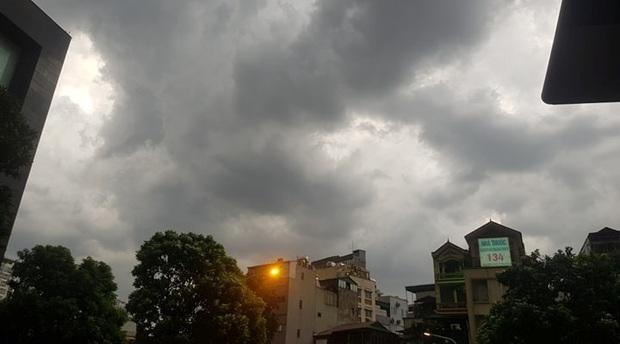 Mây đen giăng kín bầu trời, mưa giông giải nhiệt cho Hà Nội sau đợt nắng nóng kinh hoàng - Ảnh 4.