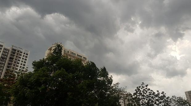 Mây đen giăng kín bầu trời, mưa giông giải nhiệt cho Hà Nội sau đợt nắng nóng kinh hoàng - Ảnh 5.