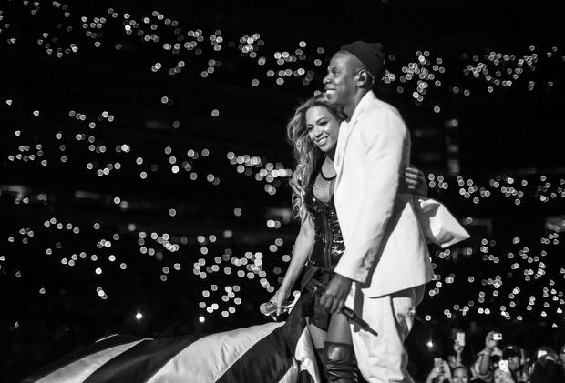 Những màn hòa giọng giữa idol và fan đẹp nhất trong lịch sử US-UK: Ariana Grande bật khóc, vợ chồng Beyonce và Jay-Z ôm chầm lấy nhau vì quá vui sướng - Ảnh 3.