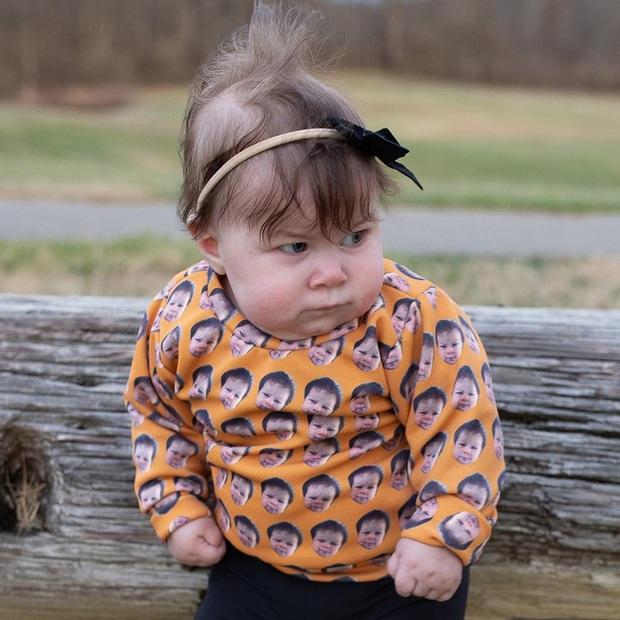 Bé gái sở hữu gương mặt vui vẻ vẫn quạu bẩm sinh khiến cư dân mạng nhìn qua là cười sảng - Ảnh 2.