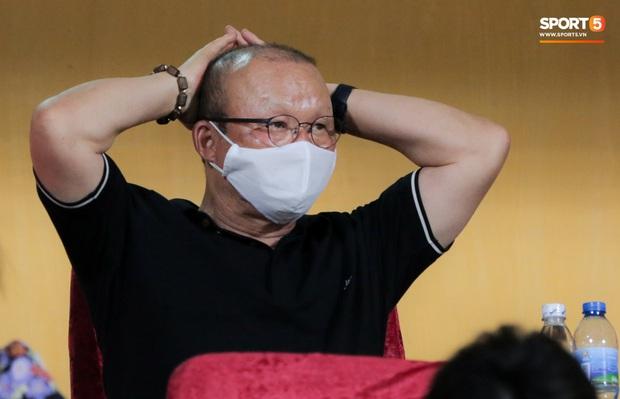 HLV Park Hang-seo nhâm nhi cà phê sữa đá, cười khoái chí với pha bỏ lỡ khó tin của tuyển thủ Việt Nam - Ảnh 5.