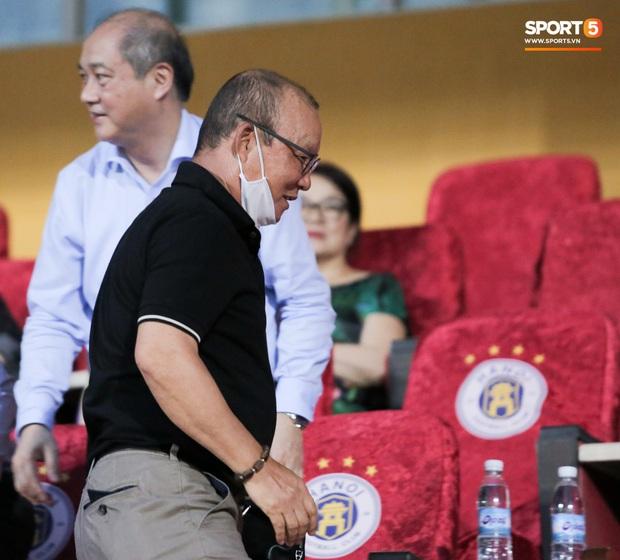HLV Park Hang-seo nhâm nhi cà phê sữa đá, cười khoái chí với pha bỏ lỡ khó tin của tuyển thủ Việt Nam - Ảnh 1.