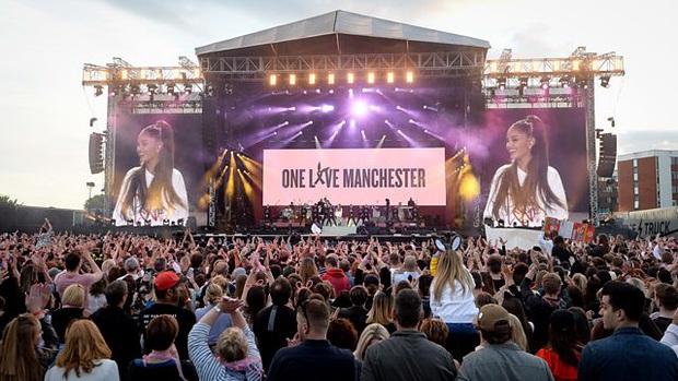 Những màn hòa giọng giữa idol và fan đẹp nhất trong lịch sử US-UK: Ariana Grande bật khóc, vợ chồng Beyonce và Jay-Z ôm chầm lấy nhau vì quá vui sướng - Ảnh 8.