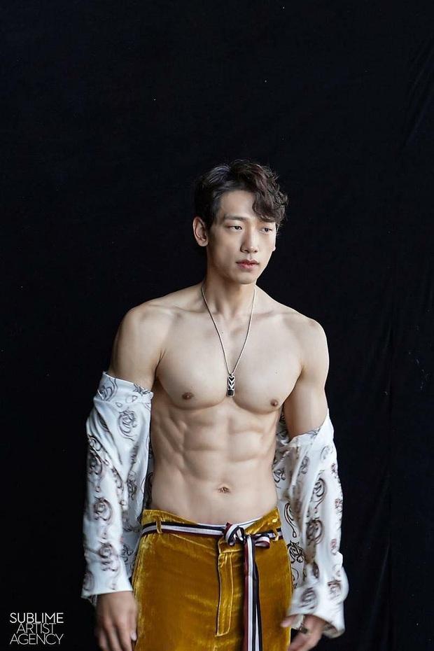 Cái nóng 40 độ cũng không hầm hập như múi bụng của Bi Rain: Ông xã 38 tuổi của chị Kim Tae Hee, bố bỉm sữa 2 con đây ư? - Ảnh 2.