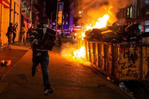 Những bức hình ám ảnh: Sau cái chết của một người đàn ông, cả nước Mỹ bỗng nhiên ngập chìm trong khói lửa và sự phẫn nộ - Ảnh 10.