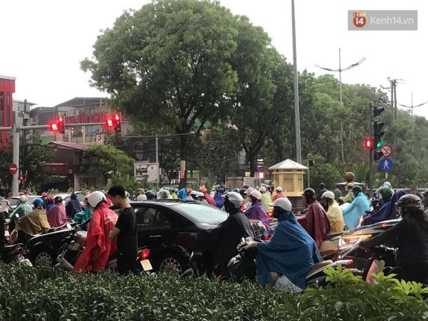 Mây đen giăng kín bầu trời, mưa giông giải nhiệt cho Hà Nội sau đợt nắng nóng kinh hoàng - Ảnh 9.
