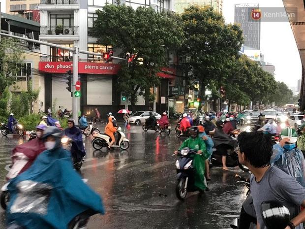 Mây đen giăng kín bầu trời, mưa giông giải nhiệt cho Hà Nội sau đợt nắng nóng kinh hoàng - Ảnh 11.