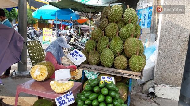 Sầu riêng bao ăn chất đống khắp vỉa hè Sài Gòn với giá siêu rẻ chỉ 50.000 đồng/kg: Gặp hạn mặn nên bán được đồng nào hay đồng đó! - Ảnh 4.