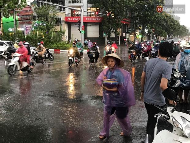 Mây đen giăng kín bầu trời, mưa giông giải nhiệt cho Hà Nội sau đợt nắng nóng kinh hoàng - Ảnh 12.