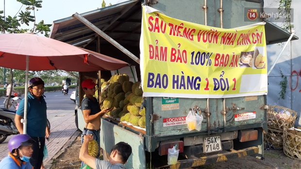 Sầu riêng bao ăn chất đống khắp vỉa hè Sài Gòn với giá siêu rẻ chỉ 50.000 đồng/kg: Gặp hạn mặn nên bán được đồng nào hay đồng đó! - Ảnh 8.
