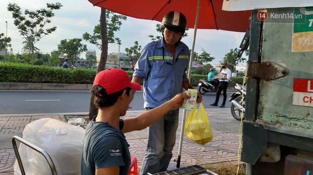 Sầu riêng bao ăn chất đống khắp vỉa hè Sài Gòn với giá siêu rẻ chỉ 50.000 đồng/kg: Gặp hạn mặn nên bán được đồng nào hay đồng đó! - Ảnh 9.