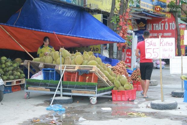 Ảnh: Hoa quả với giá rẻ giật mình đổ bộ khắp vỉa hè Hà Nội - Ảnh 3.