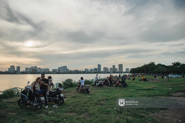 Hồ Tây rất chill những ngày này: dân tình đua nhau check-in với Muồng Hoàng Yến, chiều hoàng hôn đông kín người tụ tập - Ảnh 8.